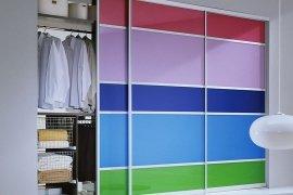 Цветной встроенный шкаф – как креативно обыграть интерьер